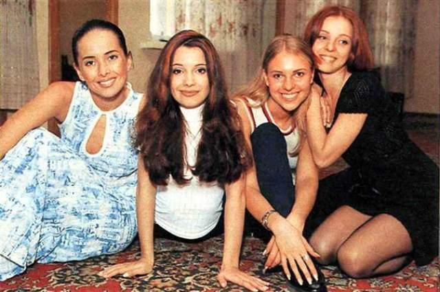 """""""Блестящие"""" были одной из самых популярных """"девачковых"""" групп 90-х. Ее первым составом были Ольга Орлова, Полина Иодис, Ирина Лукьянова и Жанна Фриске, причем пела в основном Орлова, а остальные танцевали и исполняли партии бэк-вокала."""