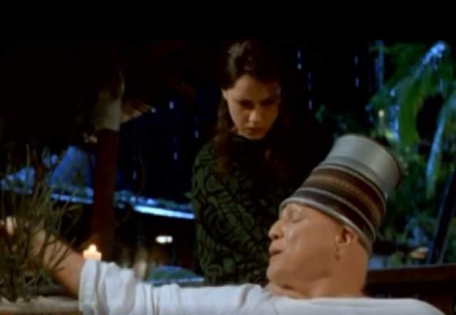 """Марлон Брандо. Оказывается, в триллере """"Остров доктора Моро"""" (1996) безумный ученый носит на голове ведро вовсе не по задумке гениальных сценаристов или режиссера."""
