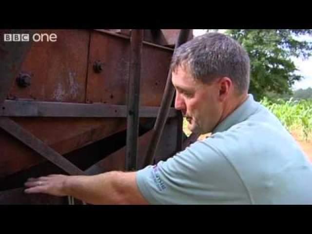 Сэмпсон Паркер. Освобождение пальцев руки от зажавших их механизмов. В 2007 году фермер из штата Каролина убирал кукурузу на своем поле. Неожиданно в комбайне запутались стебли, и он, потянувшись, чтобы вытащить их, застрял сам в работающей машине.