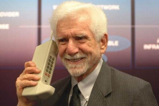 Мобильник. Первые мобильный телефон был представлен в 1973 году изобретателем Мартином Купером.