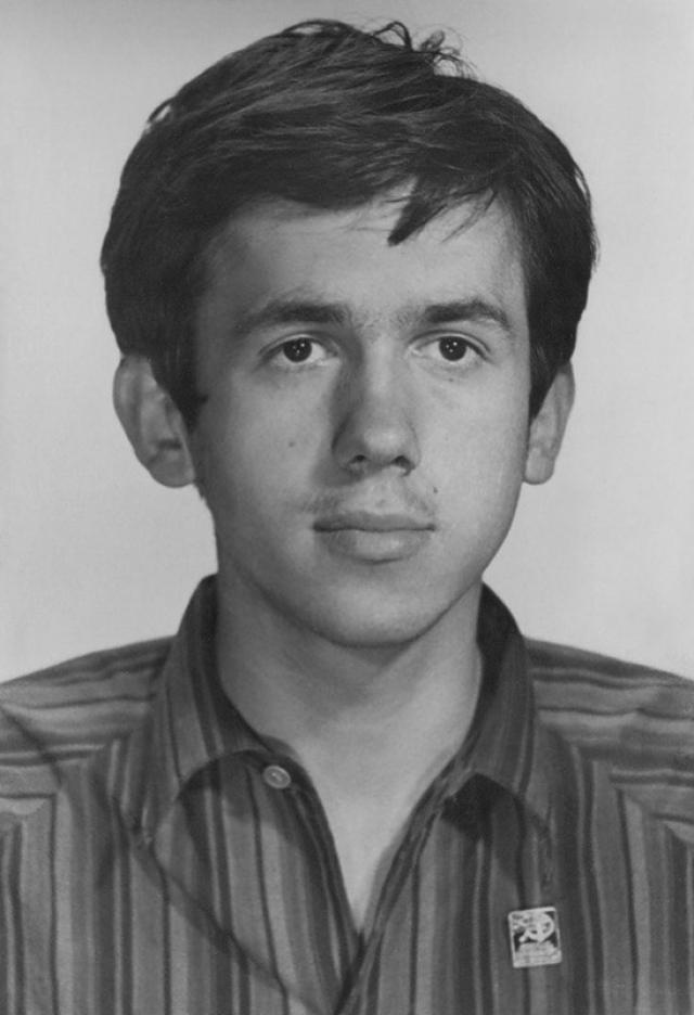 В интернате Стас начал заниматься в детской театральной студии, а в 16 лет приехал в Москву и подал документы в Театральное училище имени Щукина. Но педагоги, заметив, что у абитуриента неправильный прикус, отказались его принимать.