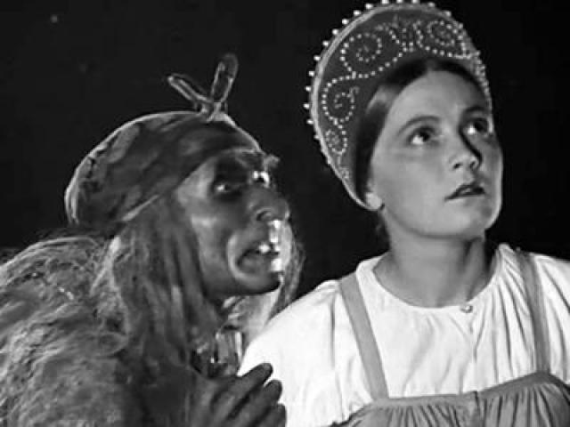 """Любопытно, что девушка даже не была профессиональной актрисой, но в том же году сыграла роль Софьи в киноленте """"Шел солдат с фронта"""". Но на этом ее кинокарьера и закончилась."""