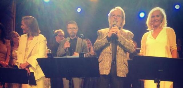 """К концу песни Бьорн и Бенни присоединились к своим экс-супругам на сцене, тем самым ознаменовав первое """"выступление"""" группы в полном составе за 30 лет."""