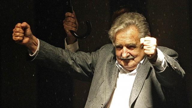 """Президент Уругвая Хоcе Мухика перед началом пресс-конференции в беседе с одним из своих подчиненных назвал главу Аргентины Кристину Киршнер старой ведьмой: """"Эта старая ведьма еще хуже, чем тот косоглазый"""" (о ее муже)."""