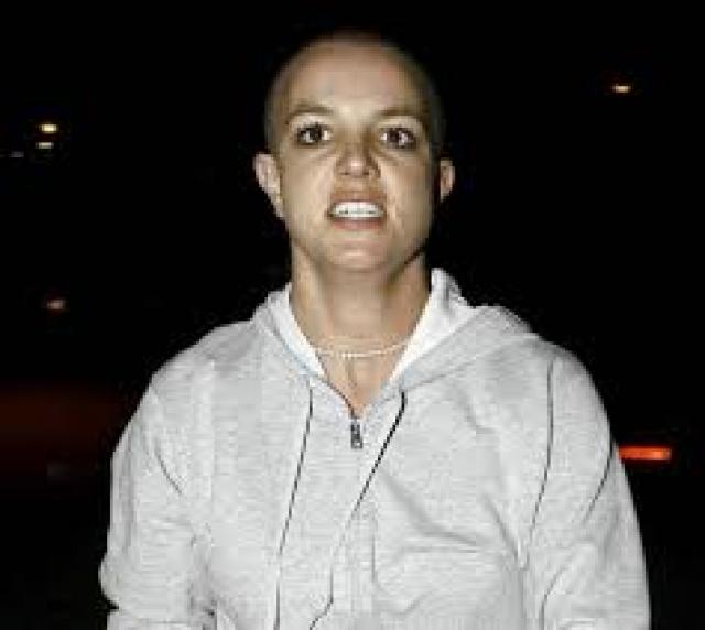 Бритни начала злоупотреблять вредными веществами, ходить без нижнего белья в пьяном виде, и в конце-концов обрила голову.