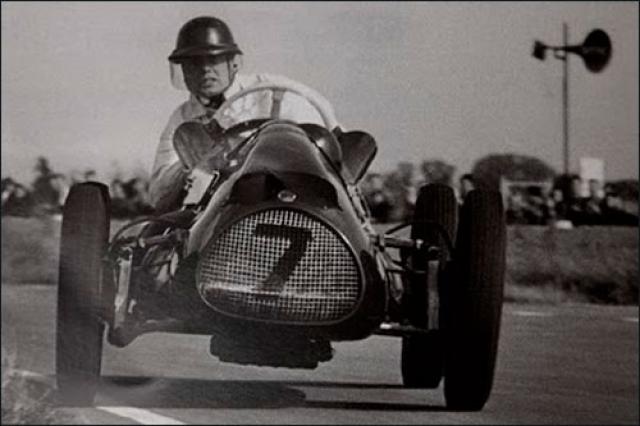 Хоторн, пытаясь остановиться, чтобы не уйти на следующий круг, неожиданно замедлил скорость.