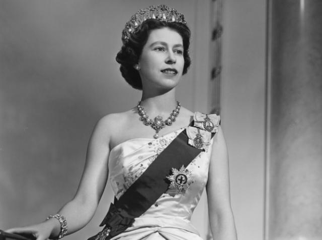 Елизавета II. Задолго до того, как она села на трон, будущая королева встретила Филиппа, который был в то время князем Греции и Дании. В 1947 году принц Филипп стал мужем королевы и вошел историю Британии как супруг, с которым она прожила большую часть своей жизни.