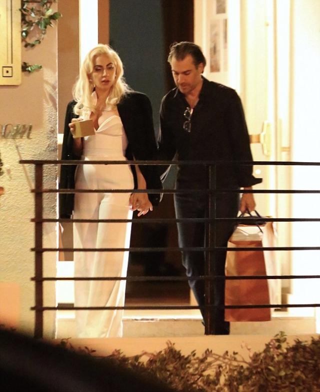 Леди Гага и Кристиан Карино. Пока многие фанаты певицы надеялись на ее воссоединение с Тейлором Кини, его место занял агент звезды Кристиан Карино.