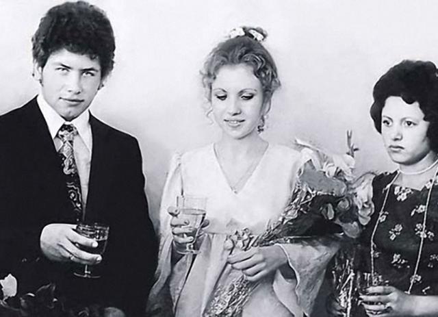 Николай Расторгуев и Валентина Титова. Первый раз певец женился в 19 лет, в 1976 году.