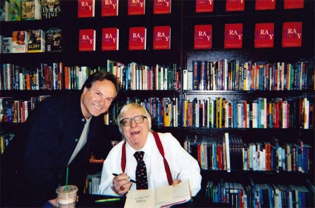 В Америке он прожил до 2003 года ,после чего вернулся в Россию. На фото Нахапетов с писателем Рэем Брэдбери.