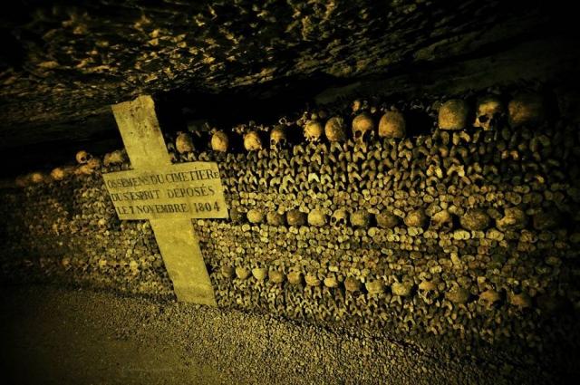 """После того, как городские кладбища оказались переполнены, останки парижан свозили в катакомбы, которые также называются """"Муниципальной оссуарией""""."""