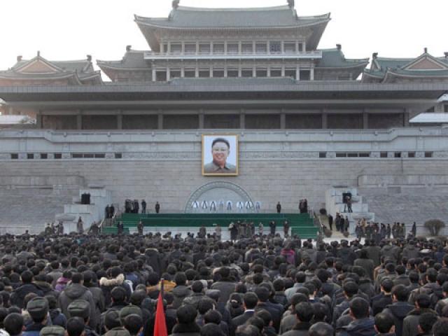 Ким Чен Ир. Верховный лидер Северной Кореи еще при жизни создал культ самого себя, поэтому его смерть вызвала массовую истерию среди его окружения и простого населения.
