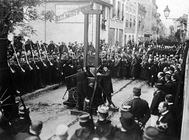 Кстати, последний раз гильотину использовали во Франции аж в 1939 году .