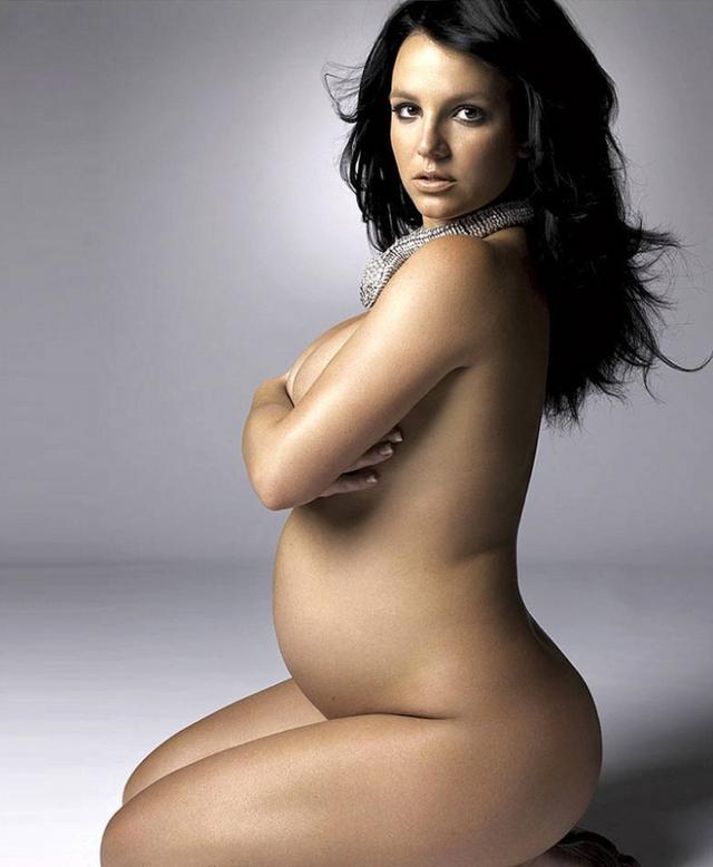 """Бритни позировала для """"беременной"""" обложки в ожидании второго сына, что также не осталось незамеченным."""