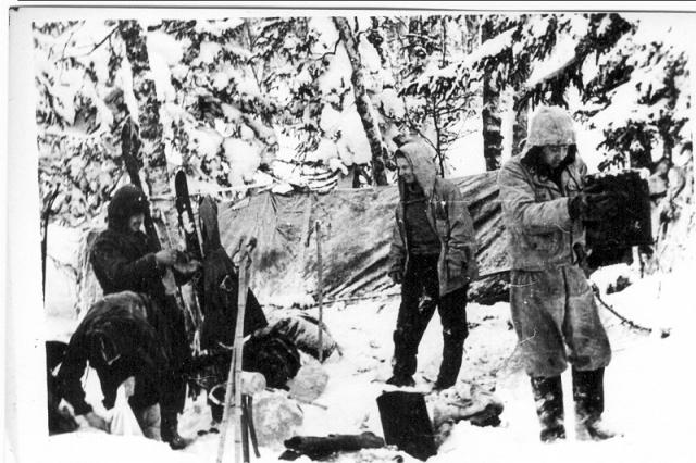 Судя по следам вокруг палатки, вся группа по совершенно непонятной причине внезапно выскочила из палатки через разрезы. Причем в 30-градусный мороз многие даже не обулись и были легко одеты.