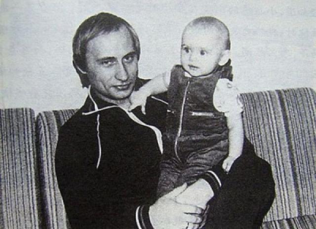 А это молодой сотрудник КГБ с дочкой.