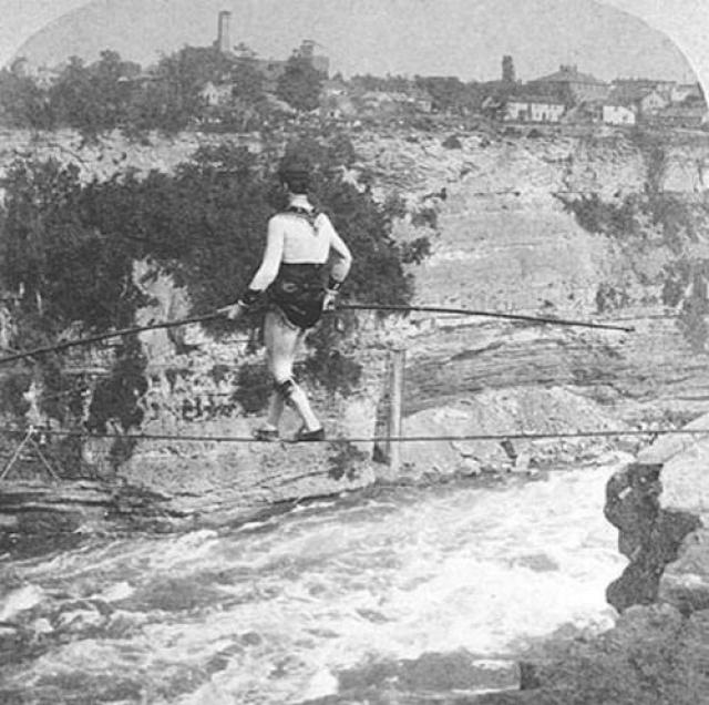 4 года он года пытался придумать нечто менее сложное, но столь же рискованное. В 1864 году Фарини вошел на ходулях на пороги над Американским водопадом. Когда он был уже в 60 метрах от края водопада, одна ходуля застряла в камнях на дне. Все попытки выбраться из плена были безуспешны.