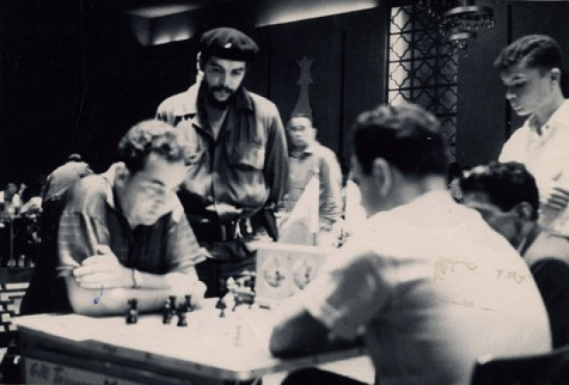 Кстати, Кубой будущий революционер заинтересовался в возрасте 11 лет, когда в Буэнос-Айрес приехал кубинский шахматист Капабланка. Эрнесто был очень увлечен шахматами.