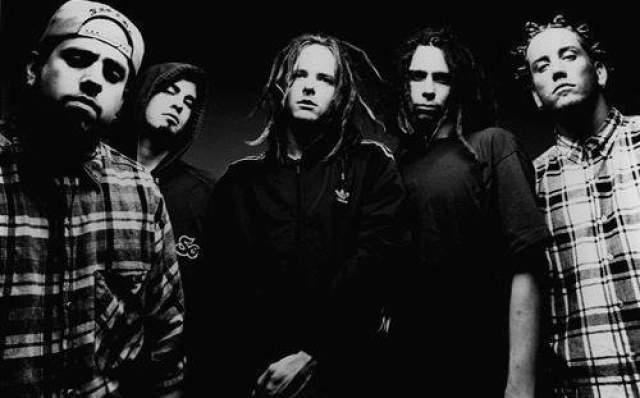 Korn. Сочетание гитарных риффов, электронной музыки, вокальных речитативов и вычурных звуковых эффектов сделал группу одной из самых известных коллективов своего времени.