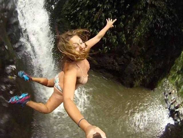 Селфи неизвестной девушки в прыжке со скалы облетело весь Интернет.