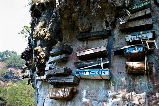 Висячие гробы Сагады, Филиппины. Еще с древних времен филиппинцы придумали такой способ захоронения, и практикуется он до сих пор.