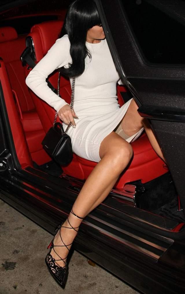 """Кайли Дженнер неудачно вылезла из Rolls-Royce, показав папарацци утягивающее белье. Но девушка не растерялась и после публикации фото рассказала в соцсетях, что обожает """"бомбическую"""" новинку от Spanx."""