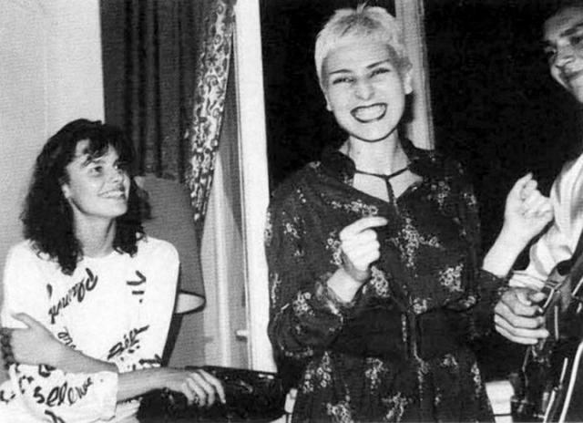 Жанна Агузарова на тусовке конца 80-х. Слева от нее сидит Маша Калинина, первая советская королева красоты.