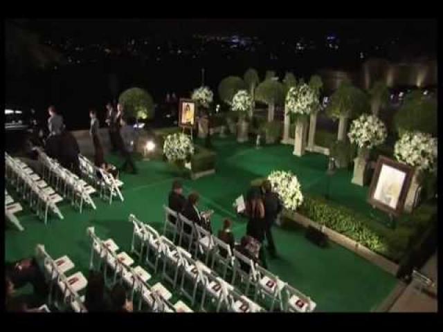 """Похоронили Джексона лишь спустя два месяца после смерти в """"Великом мавзолее"""" голливудского кладбища Forest Lawn. Среди гостей были только родственники и близкие друзья певца, зато аккредитацию получили несколько сотен журналистов, а в прямом эфире церемонию смотрели миллионы американцев."""