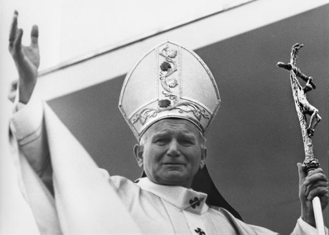 В восемь часов вечера журналистам было сделано первое предварительное сообщение о состоянии здоровья Папы Римского. Все это время тысячи людей находились на площади Святого Петра и с тревогой ожидали хоть каких-нибудь новостей о здоровье Понтифика.