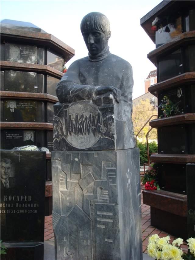 """А это памятник Михею , лидеру группы """"Джуманджи""""."""