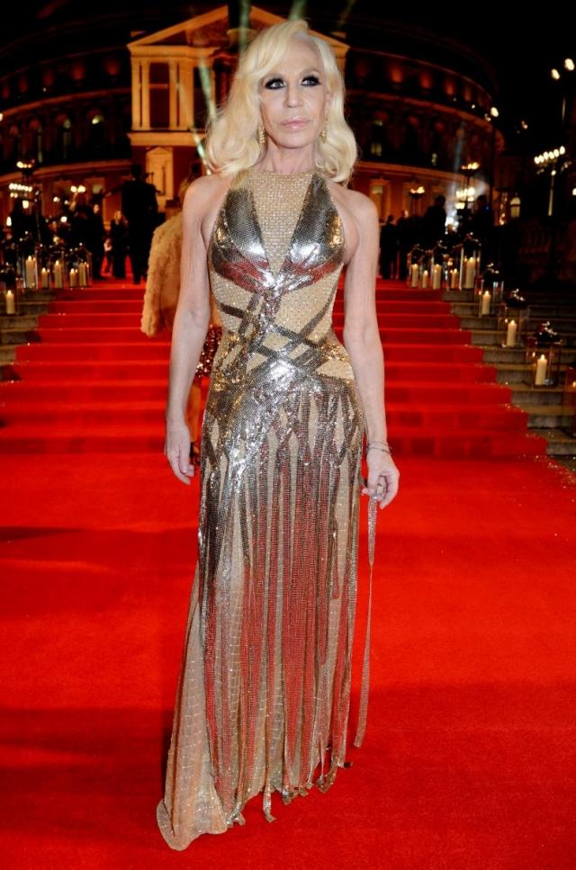Донателла Версаче , видимо, решила привлечь внимание посетителей The Fashion Awards 2016 блестящим и откровенным нарядом.