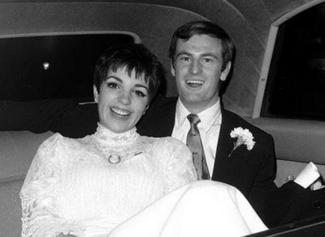 Лайза Миннелли (4 брака). Ее первым мужем стал автор песен Питер Аллен . Они поженились 3 марта 1967 года. Слава жены тяготила Питера. В апреле 1970 года они объявили о том, что расходятся.