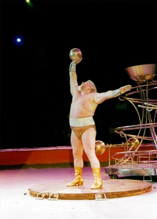 Валентин Дикуль. Знаменитый цирковой артист и врач стал сиротой в семь лет: его отца убили бандиты, а мама умерла. Из детского дома Валя бежал в цирк шапито, где, собственно, и был воспитан.