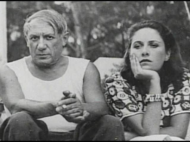 После рождения ребенка он охладевает и к Марии. Тогда в его жизни появляется 29-летняя художница Дора Маар. Однажды Дора и Мария-Тереза случайно встретились в студии Пикассо.