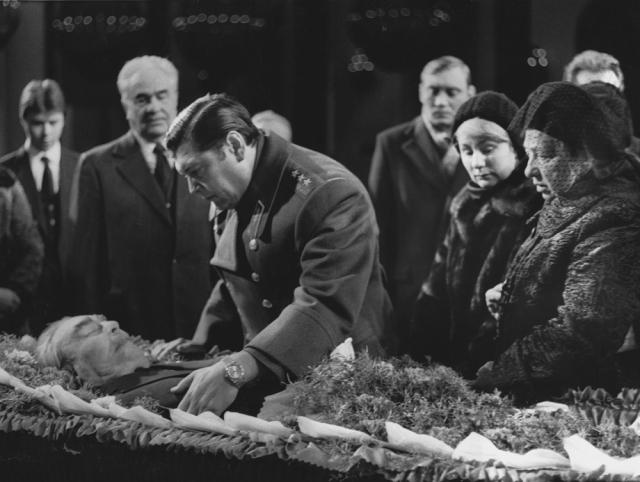 Вся церемония была обставлена чрезвычайно пышно, но не была лишена некоторых казусов. Как правило, во время похорон советских вождей было принято нести за гробом с телом покойного бархатные подушечки с орденами и медалями, причем обязанность эта возлагалась только на старших офицеров.