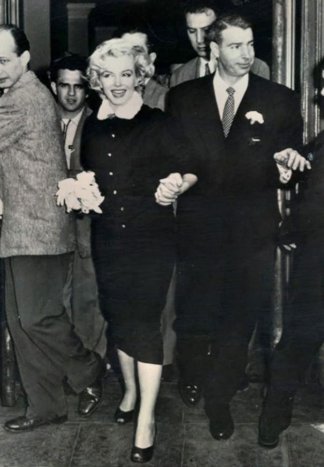 """Мэрилин Монро. Звезда сочеталась браком с Джо Димаджио в """"наряде учительницы""""."""
