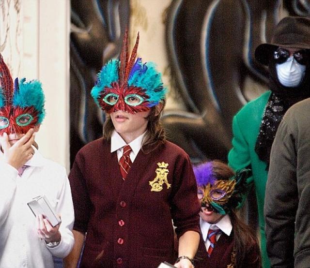 Пожалуй, самыми скрываемыми детьми знаменитости в истории были дети Майкла Джексона . До его смерти они появлялись на людях только в масках.