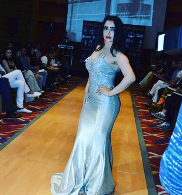 Она оскорбила победительницу Захру Исаеву и обвинила организаторов конкурса красоты — Show Production — в обмане.