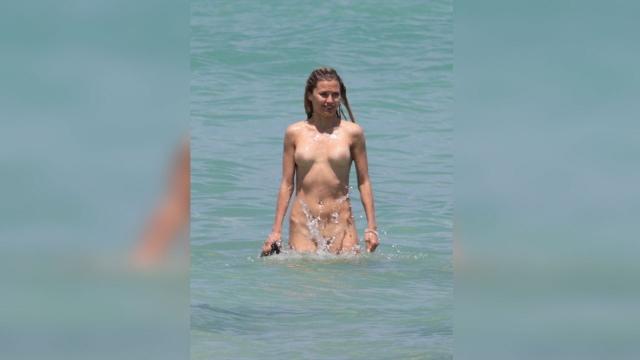 37-летнюю российскую телезвезду Викторию Боню застали на пляже в Майами абсолютно голой.
