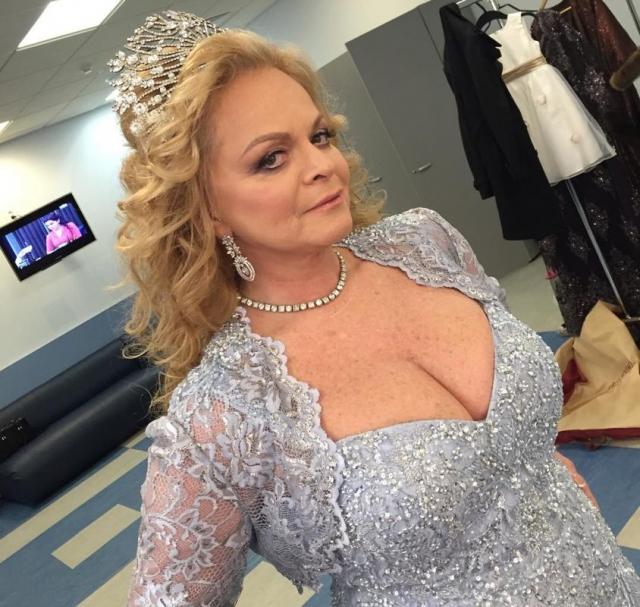 Лариса Долина. Певица, несмотря на возраст в 62 года, регулярно появляется в довольно смелых нарядах.
