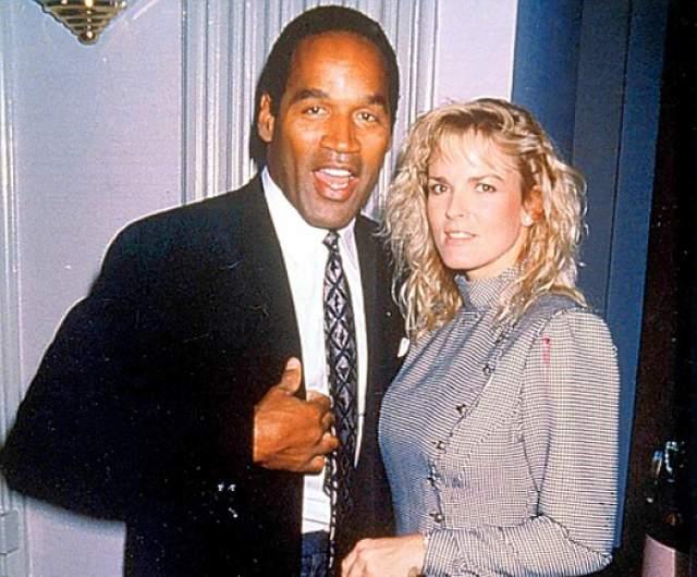В 1994 году его обвинили в смерти его бывшей жены Николь Браун Симпсон, а также ее друга Рональда Голдмана.