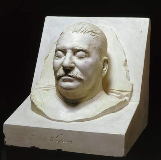 И.В. Сталин. Лидер Советского государства скончался в своей официальной резиденции: 1 марта 1953 года один из охранников обнаружил его лежащим на полу малой столовой, утром после этого врачи диагностировали паралич правой стороны тела, а через три дня он умер.