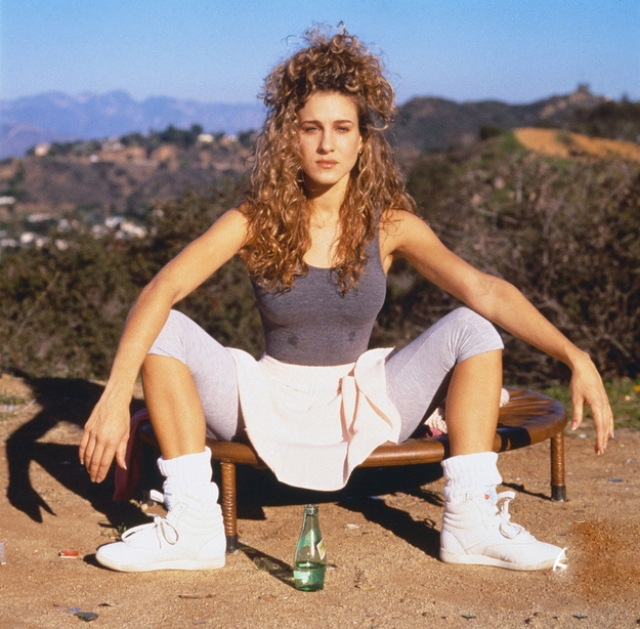 Сара Джессика Паркер почти сидящая на бутылке с водой. И кто бы мог предположить, что ту же самую актрису будут считать эталоном стиля.
