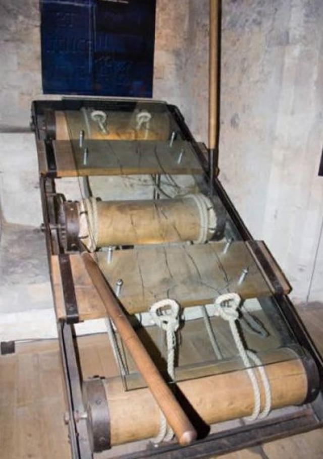 Вешалка. Руки и ноги жертвы привязывались к противоположным концам вешалки, после чего палач крутил рычаг, который растягивал рамку, и конечности человека выходили из суставов.