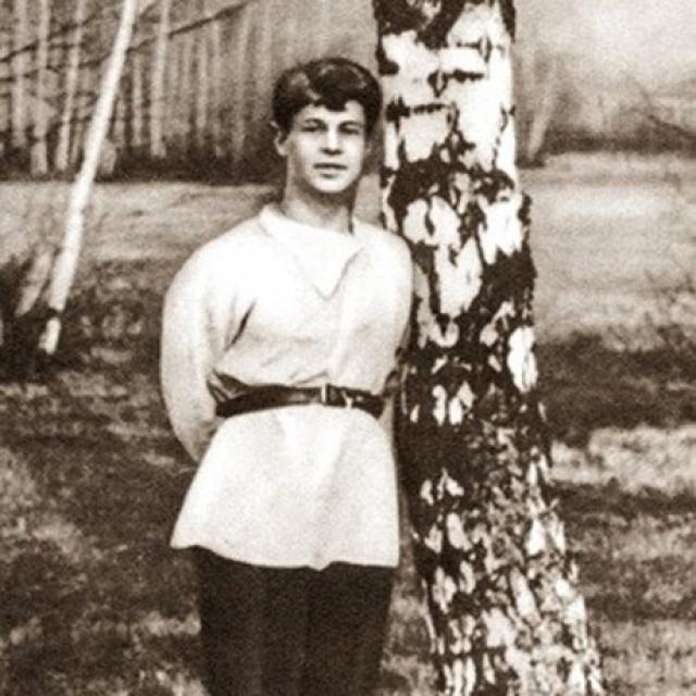 В одной из редакций он встретил Зинаиду Райх, которая стала его первой официальной женой. Позже в нагрудном кармане Есенина всегда будет фото их двоих детей, но с Зинаидой семейная жизнь не сложилась.