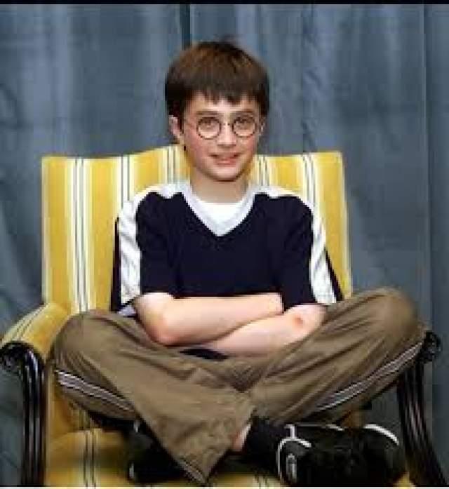 Дэниел Рэдклифф, актер, 28 лет. Учился в двух частных школах для мальчиков — в Sussex House School и школе Лондонского сити. И во время съемок первой части франшизы о Гарри Поттере будущий актер вполне спокойно мог посещать занятия. Но после выхода фильма ровесники начали завидовать Рэдклиффу, отбив у него желание посещать школьные уроки.