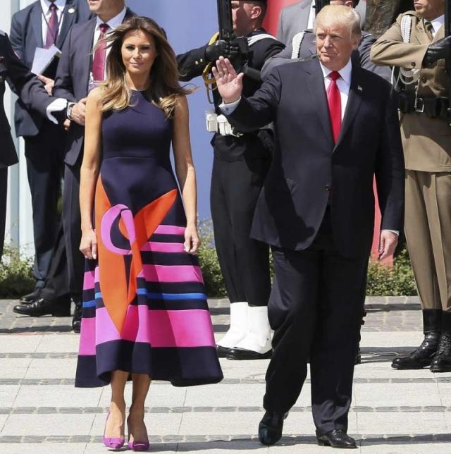 Меланья Трамп взбудоражила общественность пестрым платьем, в котором она показалась во время официального визита в Польшу. Мало того, что расцветка платья плохо подходила для официального визита, так еще и нижнее белье первая леди оставила дома.