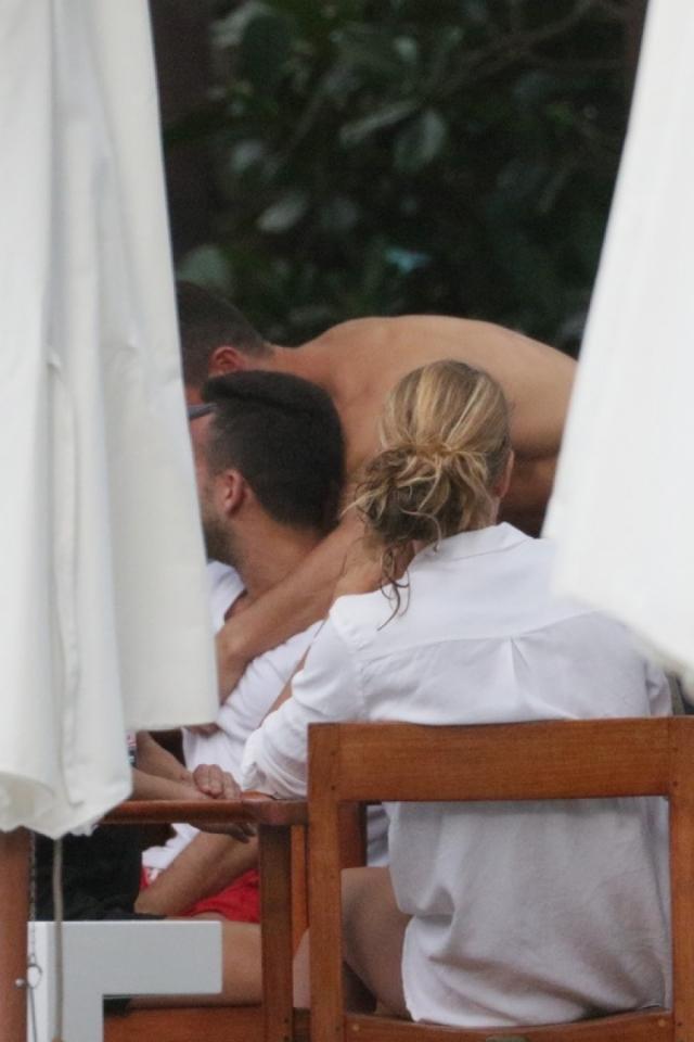 Несколько лет назад в Сеть попали фотографии объятий футболиста с мужчиной на Майами...