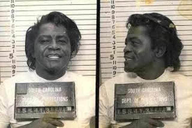 Джеймс Браун. В 1988 году исполнителю присудили шесть лет тюрьмы по обвинению в нападении с попыткой убийства.