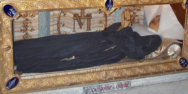 Когда же в 1993 году ее тело было эксгумировано для канонизации, оказалось, что мощи находятся в идеальном состоянии. Сейчас тело Святой Екатерины Лабуре хранится в Париже.